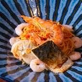 海老と旬の魚介がごろっと入った、ニンニク香る『海鮮トマトパスタ』