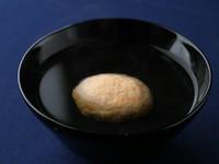 芝の海で捕れた小魚のごった煮が始まり。 当店では、芝海老と白身の魚でご提供しております。