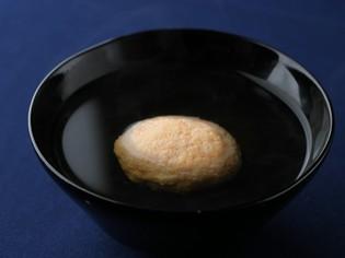 澄み切った鰹出汁の繊細な味わいが広がる『芝海老しんじょう汁』