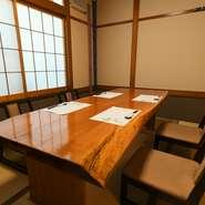 利用人数に合わせて部屋のサイズを変えることができる使い勝手の良い個室。4名から18名までの個室が4部屋あり、可動式の壁を動かせば最大38名まで入ることができます。用途や人数に合わせ、臨機応変に対応が可能。
