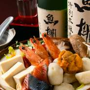 通年「うに料理」を楽しめる数少ない店。『北三陸うに鍋』は是非食べてほしい一品です。生うにを殻から出すときに残る殻の中の水「カゼミズ」をだしに加えることで、磯の香りと魚介の旨みが鍋いっぱいに広がります。