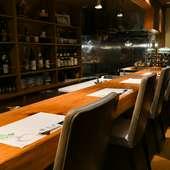 食事やアルコールをゆっくりと楽しめる、落ち着いた雰囲気の店内