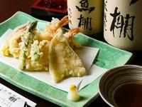 カラリと揚がった海の幸。サクッとした口当たりがたまらない『本日の海鮮天ぷら盛り合わせ』(2~3人前)