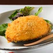 鮑やホタテの貝柱など地元の魚介が入ったクリームコロッケ風の一品。器に使われているのは鮑の貝殻です。魚介がたっぷり入ったホワイトソースにはしっかりと味が付いているので、ソースなしでおいしくいただけます。
