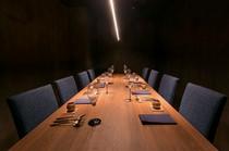 個室に使われているのは、贅沢な天然無垢の一枚板のテーブル