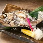 毎朝仕入れる鮮魚を炭火でじっくり焼き上げる『原始焼魚』
