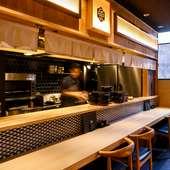 料理人の鮮やかな手さばきを目の前で鑑賞できるカウンター席