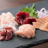 訪れたら必ず食したい! ゲストに大人気の『播州百日鶏のお刺身五種盛』