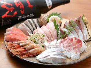 市場直送の新鮮な魚介を豪華に盛り付けた『おまかせ7点盛り』