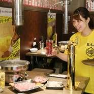 明るく元気に、笑顔でゲストを迎えたいと話す木村氏。飲み放題のレモンサワーは、各テーブルに設置されたサーバーから自由に注いで楽しむスタイルが人気のお店。訪れる人のさまざまなシーンに寄り添う一軒です。