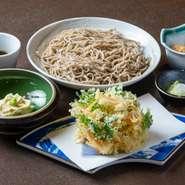 揚げたてサクサクのかき揚げが添えられた蕎麦。富山産の白海老を使ったかき揚げは、海老の甘みが際立つ逸品です。塩で食べるのもオススメで、ボリュームがありながらペロリと食べられます。大盛 各1700円