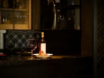 静かでオシャレな店内で、おいしい創作料理とお酒を堪能できる