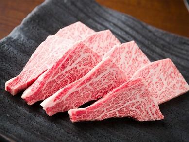 赤身とサシとの絶妙なバランスにより、牛肉のおいしさを堪能『仙台牛塩上カルビ100g(4枚)』