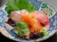 兵庫、静岡、石川、北海道…。全国から厳選された魚介類が入荷します。