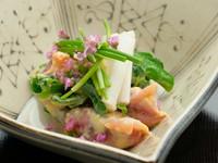 味噌や酢を混ぜたもので、季節の魚や野菜を和えた郷土料理「てっぱい」。京都のおばんざいとして、とても親しみのある料理です。うど、明石の蛸、湯引きのまぐろなど、四季折々の食材で。