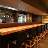素朴な温かみがある杉の一枚板を使ったカウンターテーブル