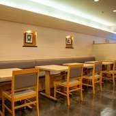 52席用意されたテーブル席。すっきりとしたシンプルな内装