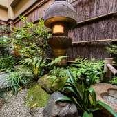 豊かな緑に癒やされる、手入れの行き届いた坪庭