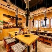 1階席は大衆感が強いレトロな内装&活気のある雰囲気