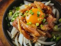 新鮮な鶏肉を濃厚な黄身と混ぜ合わせながら味わう『熱々! 鉄板鷄ユッケ』
