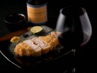 脂が甘く、旨みが濃い白豚のロース肉を米油であっさり揚げた『宮崎・霧島産山麓豚のロースカツレツ』