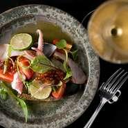 スジコやヤズ(ブリの幼魚)はしょうゆ・みりん・昆布出汁・マディラ酒に漬け、いわゆる「漬(づ)け」に。さらに、イカやタコ、ムール貝など、多彩な魚介類を盛り合わせたカルパッチョは、白ワインにぴったり。