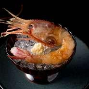 活きのいいボタン海老を紹興酒に漬け込んで、さらに醤油、マディラ酒、マルサラ酒、スパイスを合わせたオリジナル調味料に漬けること1~2晩。中華料理のようで中華ではない風味豊かな酔っ払い海老が完成です。