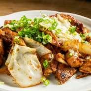 赤味噌ベースの自家製ダレで炒める岐阜名物の『鶏ちゃん』。モモ、ムネ、セセリ(首の部分)の3種の部位をたっぷりの野菜と和えて炒めます。調理法はシンプルですがリピーターにも常に好評な一品です。