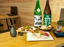 各地の地酒が25種以上揃い、料理に合わせてそれぞれを楽しめます