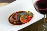 コースの中で味わえる、お店のイチオシ『国産牛もも肉の赤ワイン煮込み トリュフ風味』