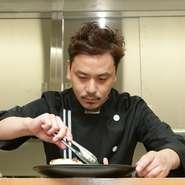 コース料理が中心の店【ビストロ プティ ソレイユ】。「コースをしっかりと味わって頂けるよう、お食事に集中できるような接客を心掛けています」と石塚氏。質の高いもてなしで歓迎してくれます。