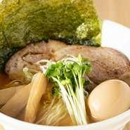 やさしい風味の『特製 煮干しそば』は、試作を重ねた入魂の一杯。こってり系流行の昨今のラーメン界には珍しく、あっさりしたなかに深いコクを感じるスープが、【カネジン食品】製低加水ストレート麺に絡みます。