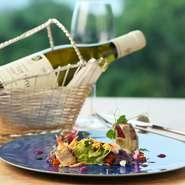 素材の味わいを生かす同店の料理に合う、飲み口の優しい銘柄を中心に常時40種ほど取り揃えています。ソムリエが提案するワインペアリングで、更なる美食体験を満喫してみては。