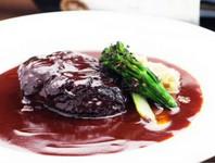 じっくり煮込み、ほぐれていく絶妙な柔らかさ『ブラザート~牛ホホ肉の赤ワイン煮込み~』