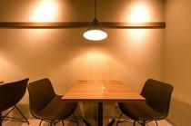 テーブル席は2名×2テーブル