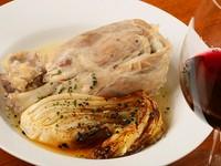 豚すね肉を丸ごと1本豪快に味わえる名作料理。香味野菜と共にじっくり煮込んだ肉は、ドラマチックな美味しさと柔らかさ。スープの旨みと香り、野菜のブレゼの奥深い味にもとろけます! コースの肉料理の一例。