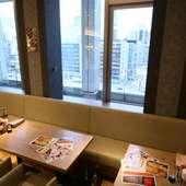 窓越しに札幌の街並みを一望できるテーブル席
