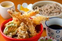 幅広い年齢層からの支持あり 道産食材をたっぷり味わえる『海老天丼と十勝新得そばお盆』