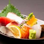 県内に限らず、日本各地から取り寄せた鮮魚を5種ほど盛り合わせ。旬の魚を楽しめます。日によって、アカジンミーバイ(ハタ科)など沖縄でしか食べられない珍しい魚も…?
