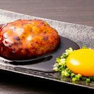 沖縄でのびのびと育ったやんばる鶏を使用した絶品つくね。新鮮で柔らかい肉質のため、とてもジューシーな味わいです。ひと手間かけた独自の方法でふわふわ食感を実現。特製のつけダレでお召し上がりください。