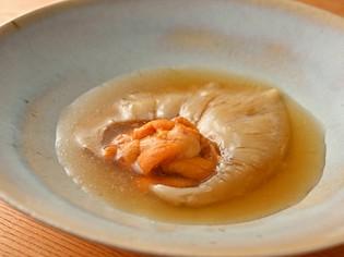 スープとウニが相性抜群『フカヒレの姿煮 北海道産ウニ添え』