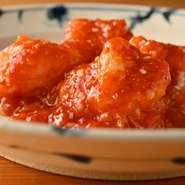 はち切れんばかりのプリプリ食感を持つ、「天然海老」を使用。ソースに用いるトマトは、その時期採れたものの中で、最もバランスが良いものを常に吟味し続けています。