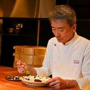 カウンター席へは、高橋氏自ら料理をサーブ。プロとしてこだわりは持ちつつ、会話や佇まいから、ゲストが何を求めているかを汲み取って柔軟に対応するのだとか。訪れた際は、ぜひカウンターに座ってみては。