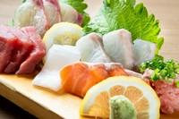 本日おすすめ旬の鮮魚の刺身盛り合わせは、三種盛り・五種盛りを用意。新鮮な海の幸をじっくり堪能しませんか。
