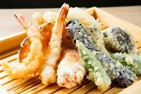 天ぷら粉からしっかりとこだわった自家製の天ぷら。海山の幸をとことん満喫できる盛り合わせは、1人飲みから宴会までさまざまな場面に活躍してくれます。