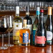 ソムリエセレクトのおすすめワインは、月替わりで入れ替わるためゲストを飽きさせません。リーズナブルな銘柄から本格的なイタリアワインまで、さまざまに取り揃えられ、世界のワインを飲み放題でも楽しめます。