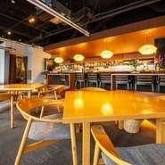 テーブル席やソファー席、カウンター席などが用意された店内は、ゆったりとくつろげる落ち着いた雰囲気。柔らかな照明が投げかける光の中、リラックスして食事を楽しめます。