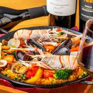 海老のジュなどさまざまなスープでつくられた具だくさんのパエリヤです。海の幸、山の幸がふんだんに使われたたっぷりの具材に注目。大満足の一品です。