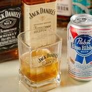 日ごとにラインナップの異なる2~3種類の海外ビール。日本ではまだ珍しい「Pabst Blue Ribbon」も用意。ウイスキーにワイン・カクテルなど女子向けのドリンクも多数。いつもの女子会も少しクールになりそうです。