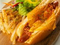 スパイシーなホットドッグにチーズのコクをプラス『チリミートチーズホットドッグ』